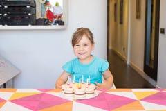 Портрет счастливого ребенка с именниным пирогом Стоковая Фотография RF