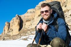 Портрет счастливого смеясь над путешественника битника с бородой в солнечных очках сидит на природе Стоковая Фотография RF