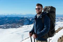 Портрет счастливого смеясь над путешественника битника с бородой в солнечных очках в природе Стоковое фото RF