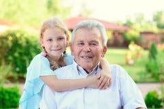Портрет счастливого старого деда и милых детей Стоковое Изображение RF