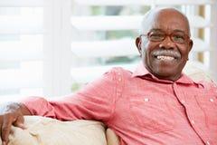 Портрет счастливого старшего человека на дому Стоковые Изображения