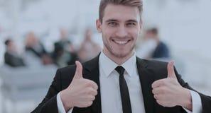 Портрет счастливого усмехаясь бизнесмена показывая большие пальцы руки вверх Стоковое Фото
