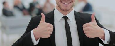 Портрет счастливого усмехаясь бизнесмена показывая большие пальцы руки вверх Стоковое Изображение