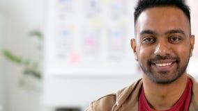 Портрет счастливого усмехаясь индийского человека на офисе сток-видео