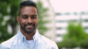 Портрет счастливого усмехаясь индийского человека outdoors акции видеоматериалы