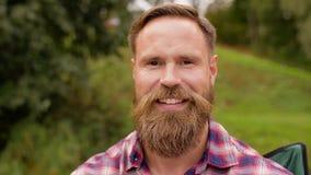 Портрет счастливого усмехаясь человека с бородой видеоматериал