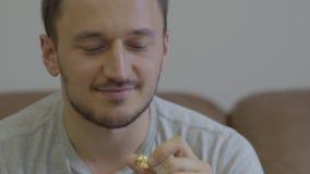 Портрет счастливого человека держа золотой сидеть обручального кольца усмехаясь дома Парень идя сделать предложение для сток-видео
