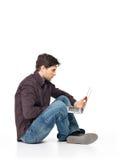 Портрет счастливого человека работая на компьтер-книжке Стоковая Фотография