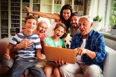 Портрет счастливого multi поколения используя компьтер-книжку стоковые изображения rf