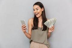 Портрет счастливой азиатской женщины держа банкноты денег стоковые изображения rf