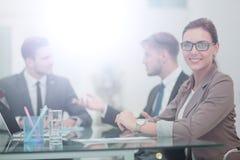 Портрет счастливой бизнес-леди при коллеги взаимодействуя дальше Стоковые Фотографии RF