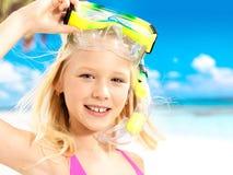 Портрет счастливой девушки наслаждаясь на пляже Стоковое Изображение