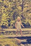 Портрет счастливой девушки стоя на деревянном мосте Стоковая Фотография RF