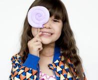 Портрет счастливой девушки с леденцом на палочке Стоковое Изображение RF