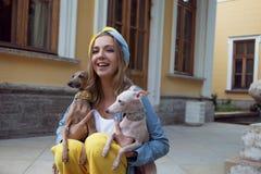 Портрет счастливой девушки с 2 собаками, внешний Стоковое фото RF