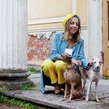 Портрет счастливой девушки с 2 собаками, внешний Стоковые Фото
