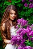 Портрет счастливой девушки с цветками Стоковые Изображения