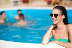 Портрет счастливой женщины бассейном Стоковая Фотография RF