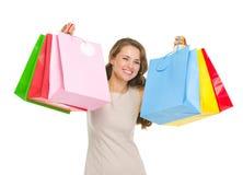 Портрет счастливой женщины держа хозяйственные сумки Стоковая Фотография RF