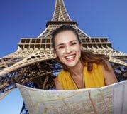 Портрет счастливой женщины с картой против Эйфелевой башни, Парижа Стоковая Фотография