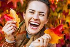 Портрет счастливой женщины с листьями перед листвой стоковые изображения