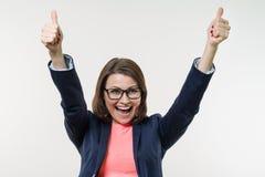 Портрет счастливой зрелой коммерсантки с большими пальцами руки вверх бело Стоковое фото RF