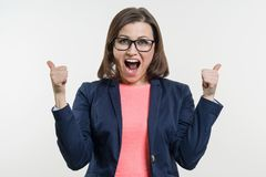 Портрет счастливой зрелой коммерсантки с большими пальцами руки вверх Стоковое Изображение