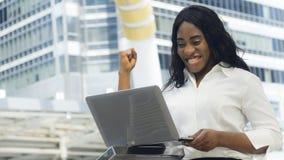 Портрет счастливой и удивительно женщины африканца дела Стоковые Фото