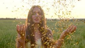 Портрет счастливой красивой женщины в платье бросая золотой яркий блеск, confetti на пшеничном поле в лете захода солнца бобра сток-видео