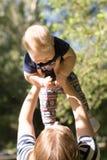 Портрет счастливой любящей матери и ее младенец в лете паркуют стоковые фото