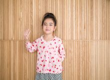 Портрет счастливой маленькой девочки, деревянной предпосылки Стоковые Фотографии RF