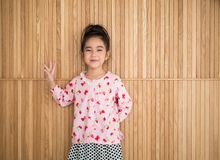 Портрет счастливой маленькой девочки, деревянной предпосылки Стоковое фото RF