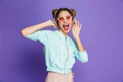 Портрет счастливой маленькой девочки с ярким макияжем стоковые фото