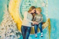 Портрет счастливой матери и прелестный мальчик празднуют рождество Праздники ` s Нового Года Малыш с мамой в festively украшенном стоковое изображение