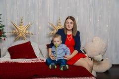 Портрет счастливой матери и прелестный младенец празднуют рождество Праздники ` s Нового Года Малыш с мамой в festively стоковое изображение