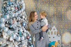Портрет счастливой матери и прелестный младенец празднуют рождество Праздники ` s Нового Года Малыш с festively украшенной мамой  стоковые фотографии rf