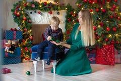 Портрет счастливой матери и прелестный младенец празднуют рождество Праздники ` s Нового Года Малыш с festively украшенной мамой  стоковая фотография