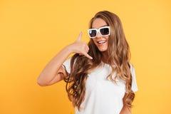 Портрет счастливой милой девушки в солнечных очках Стоковая Фотография