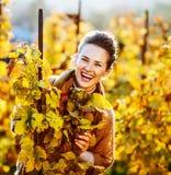 Портрет счастливой молодой женщины в винограднике осени Стоковые Фото