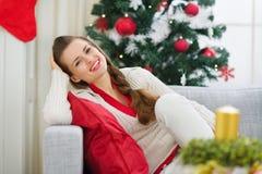 Портрет счастливой молодой женщины около рождественской елки Стоковые Изображения