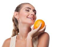Портрет счастливой молодой женщины с соком Стоковые Изображения RF