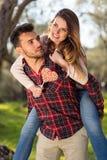 Портрет счастливой молодой пары в природе обнятой совместно Стоковое фото RF