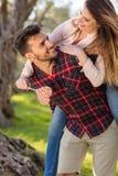 Портрет счастливой молодой пары в природе обнятой совместно Стоковая Фотография RF