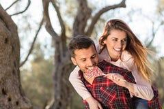 Портрет счастливой молодой пары в природе обнятой совместно Стоковые Изображения RF