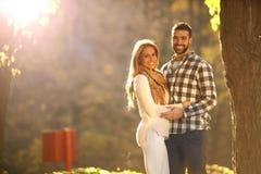 Портрет счастливой молодой пары наслаждаясь днем в toge парка Стоковые Фотографии RF