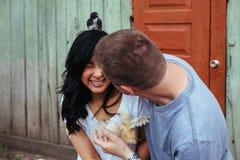 Портрет счастливой молодой пары стоковые фотографии rf