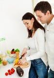 Портрет счастливой пары подготовляя еду Стоковое Изображение RF