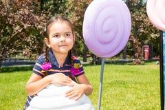 Портрет счастливой прелестной девушки ребенка внешней Милый маленький ребенок i стоковое фото