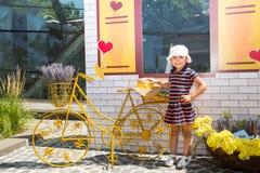 Портрет счастливой прелестной девушки ребенка внешней Милый маленький ребенок в летнем дне стоковое изображение rf