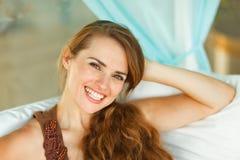 Портрет счастливой привлекательной женщины стоковые фото